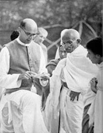 Mahadev Desai (left) reading out a letter to Gandhi from the viceroy at Birla House, Mumbai, April 7, 1939