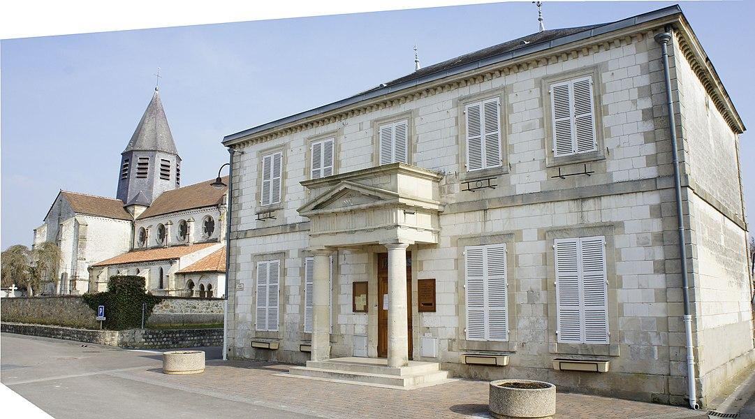 La Mairie, le cimetière et l'église de Sarry (Marne).