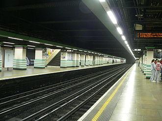 Mile End tube station - Image: Mile End tube station 01