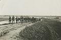 Militaire en burgerdeelnemers aan een Vierdaagse onderweg na verlaten van de pon – F49846 – KNBLO.jpg