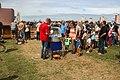 Moeders en kinderen wachten op de suikerspin grote rij vliegerfestival Spijkenisse.jpg