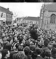 Momentopname met Eddy Merckx op markt na afloop Dwars door België 1966, Waregem, Marcel Anckaert (collectie KOERS. Museum van de Wielersport).jpg