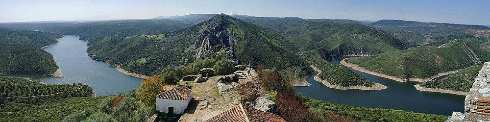Vista panorâmica da barragem de Torrejón (Cáceres, Espanha), formado pelo Tejo, em pleno Parque Nacional de Monfragüe.
