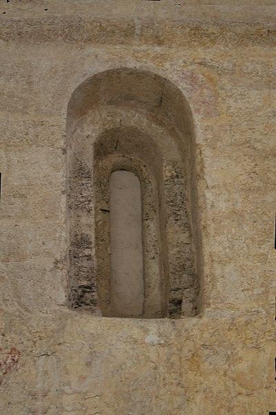 Montbazin (Hérault) - Fenêtre obturée dans le chœur de la chapelle castrale Saint-Pierre.