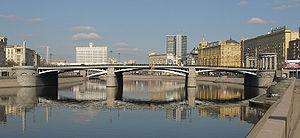 Borodinsky Bridge - Borodinsky bridge, view north, Smolensky Metro Bridge and White House of Russia behind it.