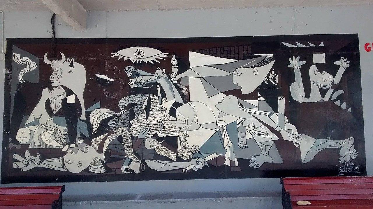 Natalicio extrauterino de Pablo Picasso 1280px-Mural_r%C3%A9plica_del_Guernica_en_Santiago_de_Chile_%28Costado_Liceo_7_de_%C3%91u%C3%B1oa%292