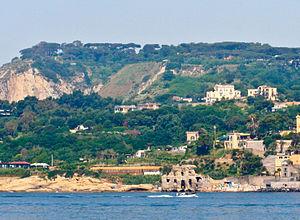 Napoli, la costa di Posillipo. In primo piano ...