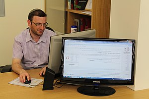 1Lib1Ref - Picture of an Israeli librarian, using Wikipedia, used to publicise the project