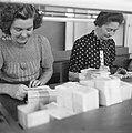 Pakketten bankbiljetten worden geteld, Bestanddeelnr 900-7789.jpg
