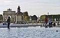 Paris, le plan deau autour de la pyramide avec lArc de triomphe du Carrousel au loin et la statue équestre de Louis XIV.jpg