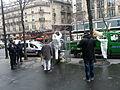 Paris-agents-municipaux-nettoient-cabine-telephonique-sous-la-protection-de-la-police.jpeg