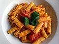 Pasta med tomater, safran og sardisk pølse (8693061591).jpg