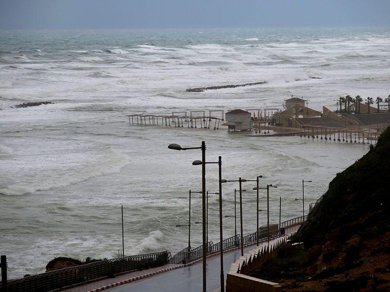 החוף נעלה בסערה