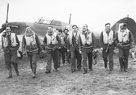 Propaganda shot of the fighter pilots of the Polish 303 squadron, 1940. Running low on pilots during the battle of Britain, Fighter Command accepted foreign pilots into its ranks. Piloci 303.jpg