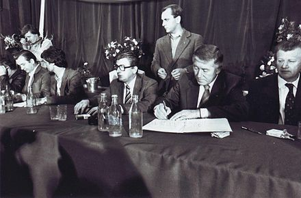 The signing of an agreement between leaders of striking workers and government representatives in Szczecin in August 1980 Podpisanie Porozumien Sierpniowych w Szczecinie.jpg