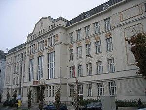 Deutsch: Das Gebäude der Sir-Karl-Popper-Schul...
