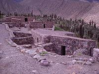 """El Imperio Inca anexó en el siglo XV la mayor parte del actual noroeste argentino. Crearon centros agrícolas y textiles, asentamientos (collcas y tambos), caminos (el """"camino del inca""""), fortalezas (pucarás) y santuarios de alta montaña. Algunos de los principales son: el pucará de Tilcara (foto), la tambería del Inca, el pucará de Aconquija, el santuario de Llullaillaco, el shincal de Londres y las ruinas de Quilmes.Ver: Los incas en Argentina"""