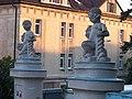 Rehabilitační klinika Malvazinky, sochy na sloupcích brány.jpg
