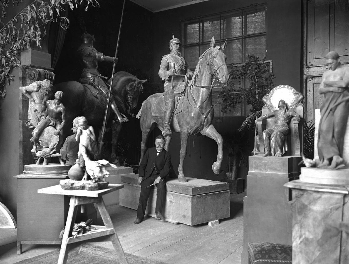 Rudolf Maison in seinem Atelier.jpg