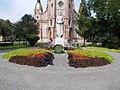 Saint Ladislaus statue (1940) and flower bed, 2016 Budapest.jpg