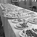 Schalen en borden met hapjes en bonbons, op de achtergrond koppen en schotels, Bestanddeelnr 255-8488.jpg