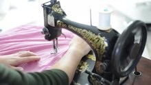 Datoteka:Sewing with a 1894 Singer sewing machine.webm