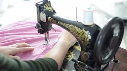 Fil:Sewing with a 1894 Singer sewing machine.webm