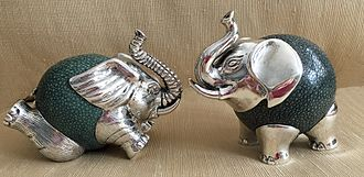 Shagreen - Two small decorative elephants made of silver and shagreen.