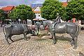Skulptur Bauer Kuh und Pferd vor einer Tränke mit Pumpe (1995 von Georg Arfmann) in Wittingen IMG 9232.jpg