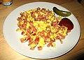 Smažené krajené buřty s vajíčkama, kečup, nakládaná okurka.jpg