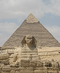 Sphinx of Giza and Kheops pyramid (2428354492).jpg