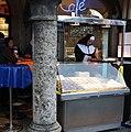 Stand am Viktualienmarkt in München am Faschings Dienstag.jpg