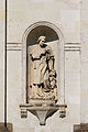 Statue de saint Étienne dans la façade de l'église Saint-Étienne, Rennes, France.jpg