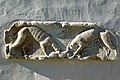 Steindorf Tiffen Pfarrkirche röm. Grabbaufries Windhunde mit Hasen 10092006 4916.jpg