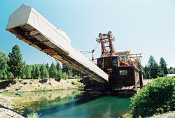 The historic dredge at Sumpter Valley Dredge State Heritage Area recalls Sumpter's استخراج طلا origins.