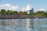 Suomi100-pallo Kaivopuiston lentonäytöksessä (35081530581).jpg