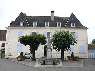 Sus, Pyrénées-Atlantiques - The town hall and school