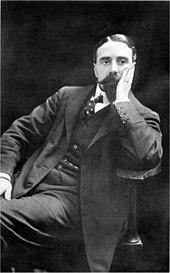 Jonge man, met keurige keizerlijke baard en snor, zittend, hoofd ondersteunend met linkerhand