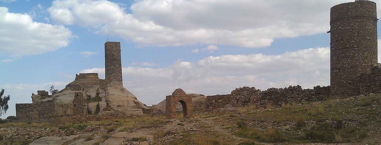 Ruins of Thula fortress in 'Amran, where al-Mutahhar ibn Yahya barricaded himself against Ottoman attacks Thula fortification2.jpg