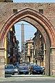 Torre degli Asinelli attraverso Porta Maggiore - panoramio.jpg