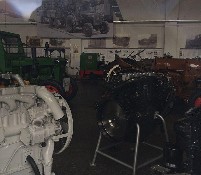 Datei:Traktoren und Schmalspurbahnlok im IFA-Museum Nordhausen.JPG