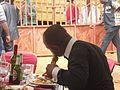 Un homme dévorant son repas!.jpg