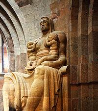 Völkerschlachtdenkmal Leipzig Skulptur einer säugenden Mutter.jpg