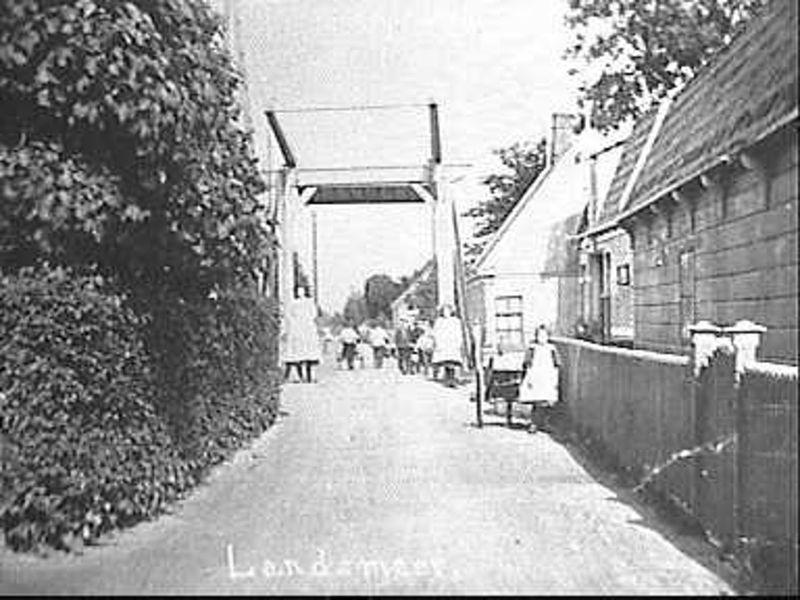 File:Van Beekstraat, brug op achtergrond, Landsmeer; repro - Unknown - 20521758 - RCE.jpg