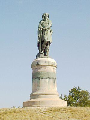 Vercingétorix monument - Monument from afar