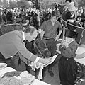 Wereld Dierendag 1965, de paarden krijgen eten bij Hilton-hotel van Ada Kok , de, Bestanddeelnr 918-2700.jpg