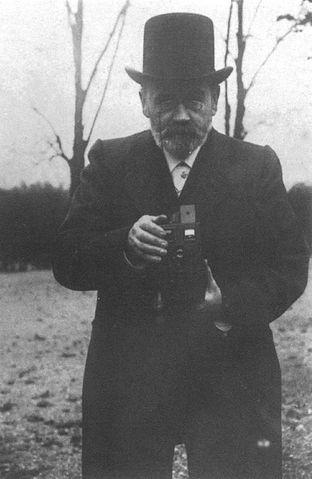Эмиль Золя с фотоаппаратом