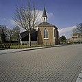 Zicht op kapel met dakruiter gezien vanaf de weg - Zwaag - 20406627 - RCE.jpg