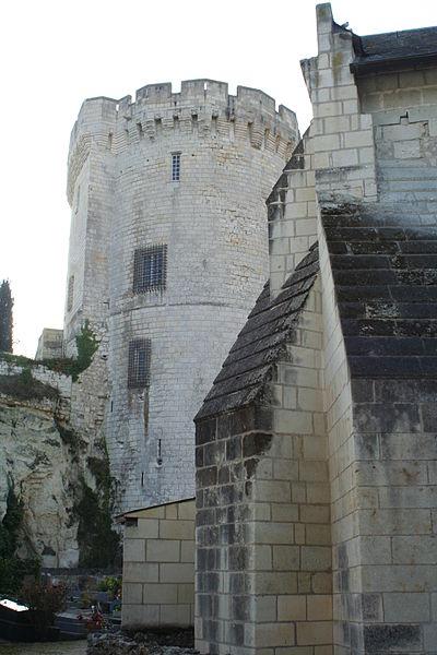 Église Saint-Aubin et donjon de Trèves (commune de Chênehutte-Trèves-Cunault, Maine-et-Loire).