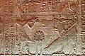Égypte, Île Agilka, Complexe de Philae, Temple d'Isis, Salle hypostyle, bas-relief Isis protégeant Osiris de ses ailes (49757374828).jpg